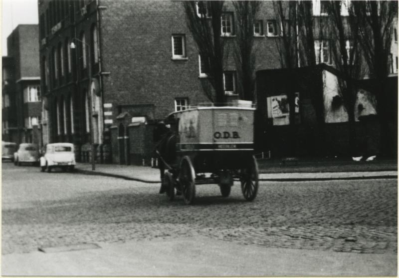 Bron: Rijckheyt.nl | Bakkerswagen van Ons Dagelijks Brood voor hotel Ons Thuis. Daarnaast de ingang van de bakkerij van O.D.B. Ons Thuis was het gezellenhuis voor mijnwerkers van de Oranje-Nassaumijnen.